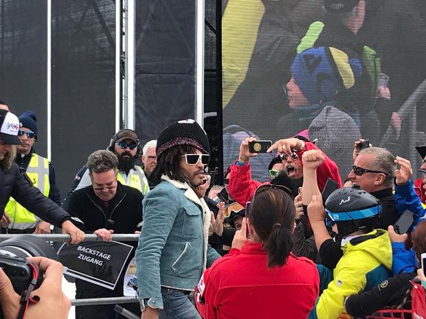 Einmal quer durchs Publikum: Lenny Kravitz gönnte sich ein Bad in der Menge.
