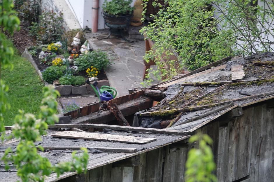 Dachabdeckungen wurden durchschlagen.