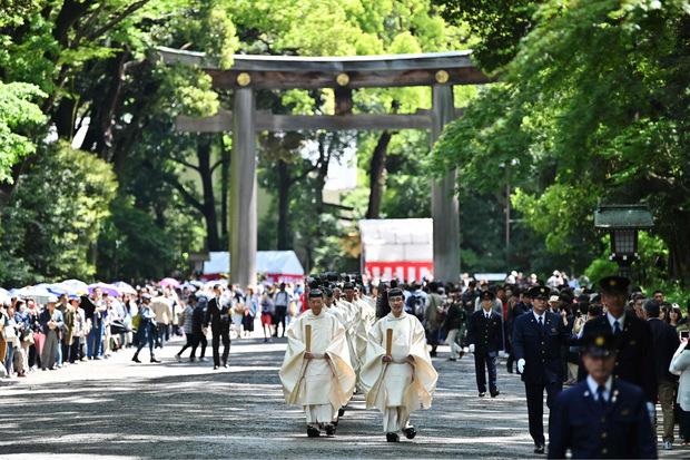 Shinto-Priester auf dem Weg zu einer weiteren Zeremonie.