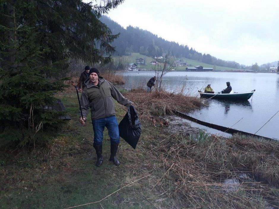 Insgesamt 15 Schwarzseefischer waren im Einsatz, um den Müll im und rund um den See zu entfernen.