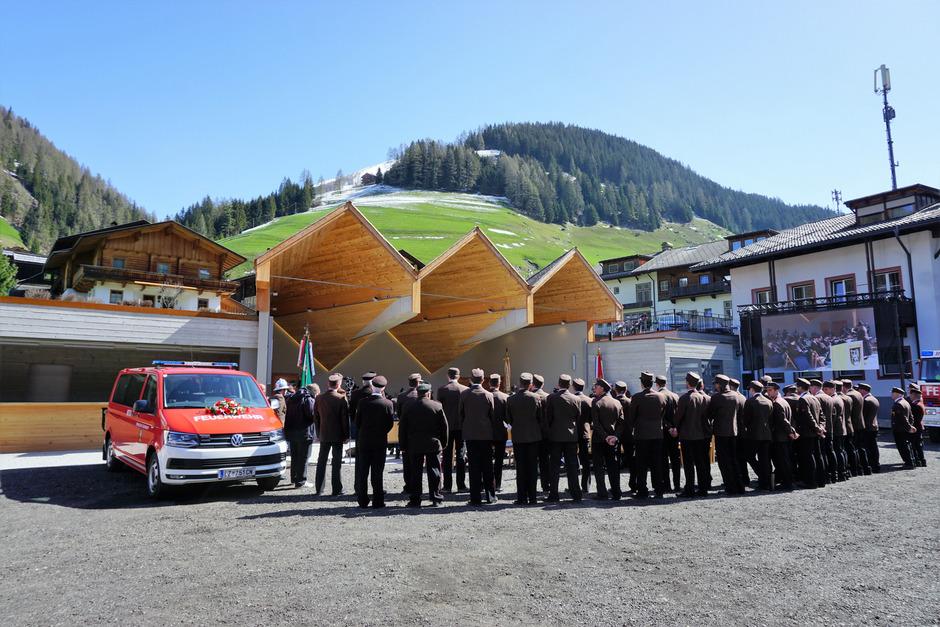 Die Innervillgrater Feuerwehrmänner mit dem neuen Fahrzeug nahmen vor dem Musikpavillon Aufstellung.