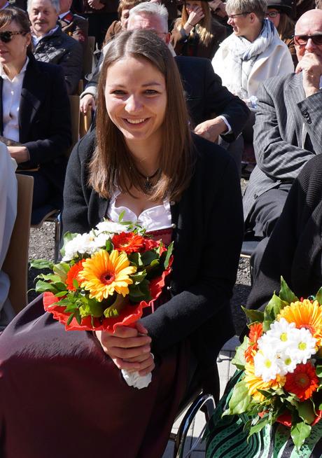 Fahrzeugpatin Melanie Fuchs durfte sich über Blumen freuen.