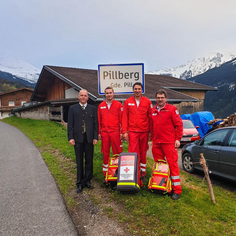 BM Hannes Fender übergab den drei ehrenamtlichen Sanitätern Thomas Bradl, Stefan Eder und Helmut Kometer (v.l.) das Material.