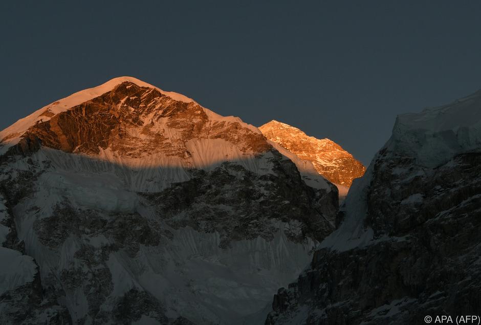 Bergsteiger lassen immer wieder ihren Müll am Mount Everest zurück.