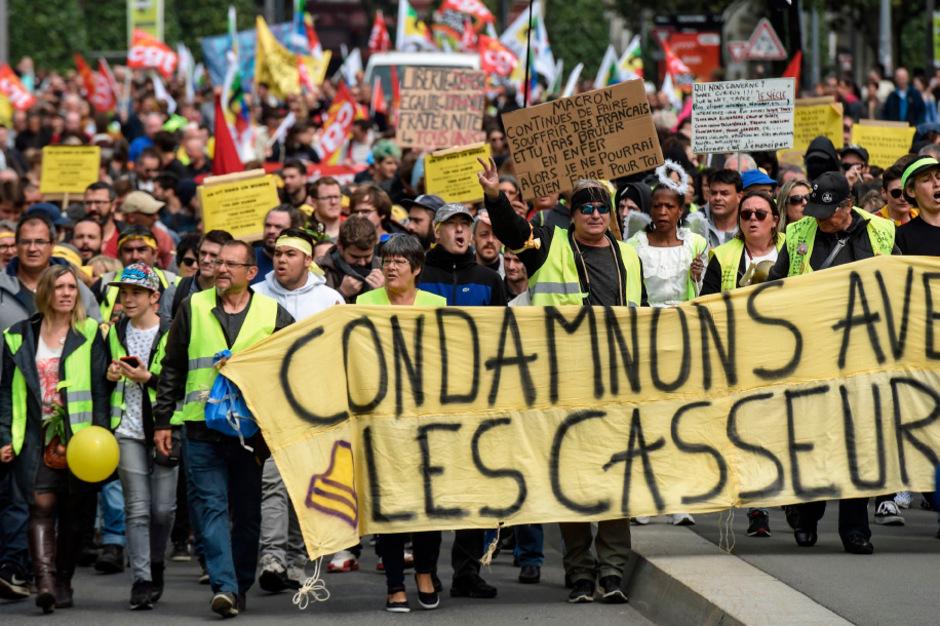 """Zahlreiche """"Gelbwesten"""" und andere Demonstranten gingen in ganz Frankreich auf die Straße wie hier in Nantes."""