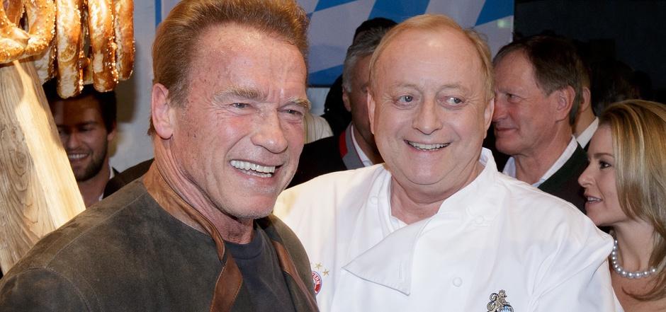 """Alfons Schuhbeck erhielt mehrere Michelin-Sterne, veröffentlichte Kochbücher und ist des Öfteren in der ZDF-Show """"Küchenschlacht"""" zu Gast. Zudem sorgt er bei der Weißwurstparty im Stanglwirt für das leibliche Wohl von Promis wie Arnold Schwarzenegger."""