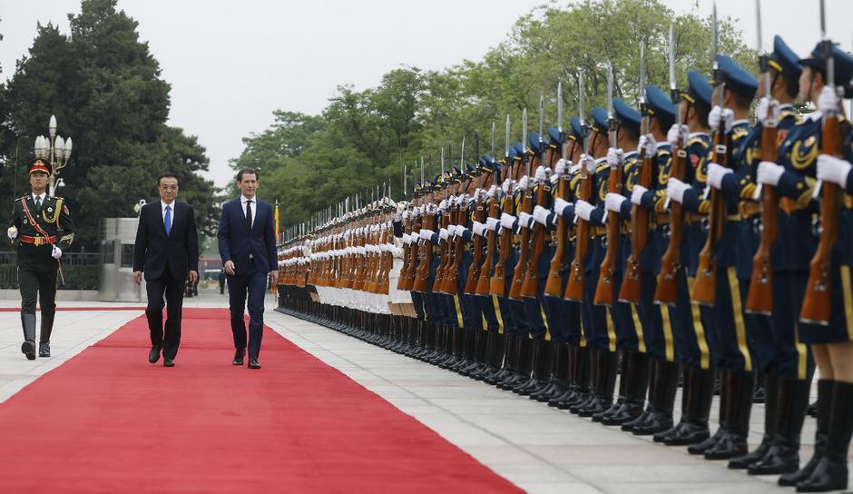 Großer Bahnhof für Österreichs Kanzler Kurz in Peking (im Bild mit Chinas Premier Li).
