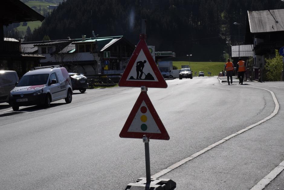 An der Pass-Thurn-Straße in Aurach wird auch weiterhin fleißig gebaut. Unter anderem muss die Straße auf einer Strecke von 400 Metern wegen der Entwässerung in die entgegengesetzte Richtung geneigt werden.