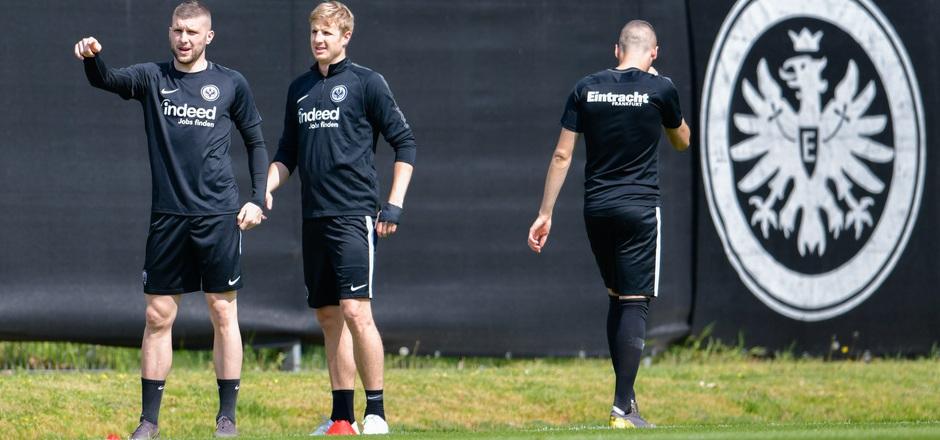 Martin Hinteregger (M.) möchte auch künftig für die Eintracht spielen.