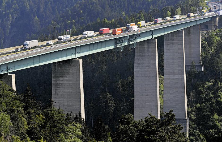 Wenn auch nicht so dramatisch wie im Vorjahr, so nimmt der Lkw-Transitverkehr auf der Brennerautobahn doch stetig zu.