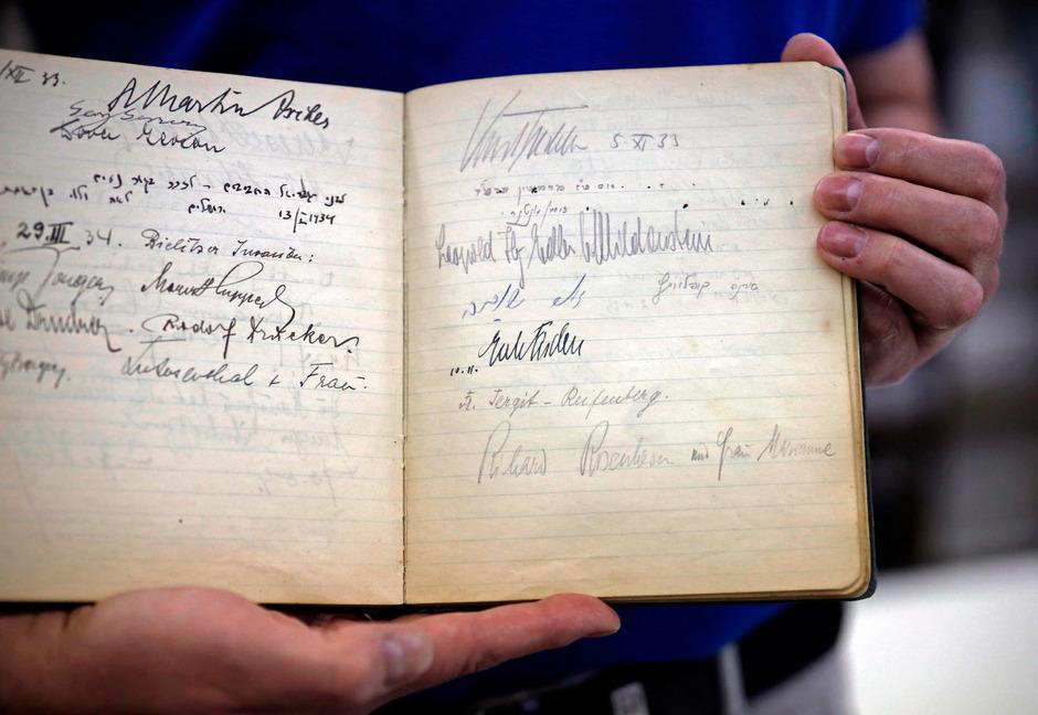 Die Unterschrift von Leopold von Mildenstein im Gästebuch der israelischen Nationalbibliothek.