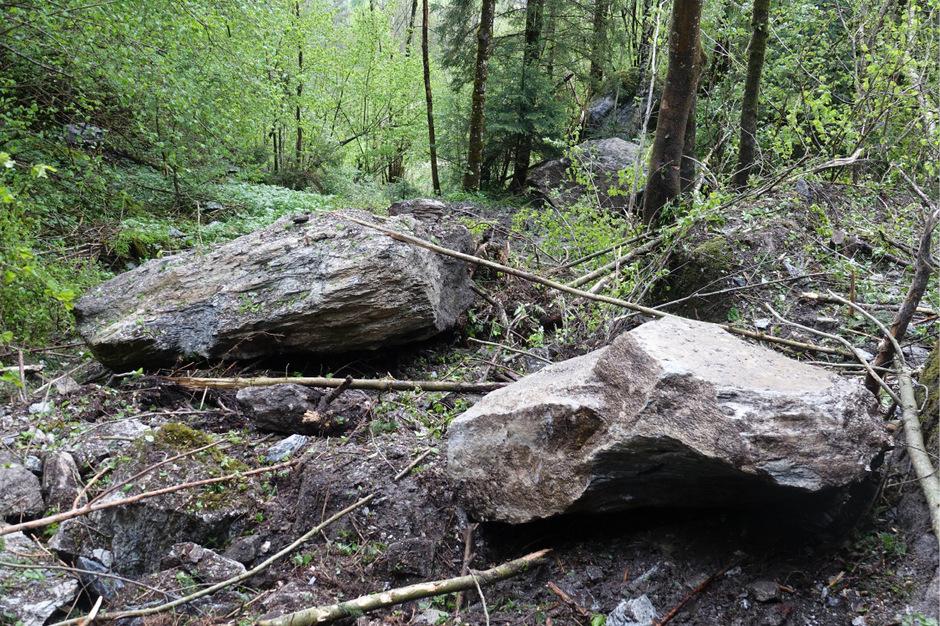 Größere Felsbrocken hatten sich oberhalb der Siedlung gelöst.