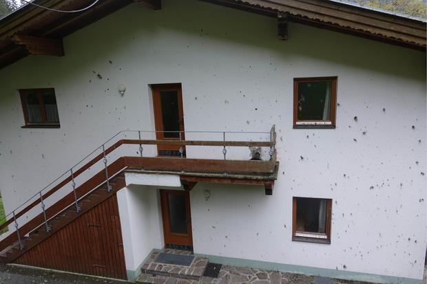 Fassaden wurden verschmutzt und beschädigt.