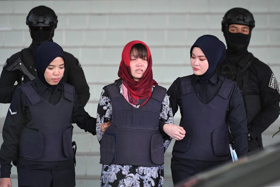 Zwei Jahre nach der Ermordung des Halbbruders von Nordkoreas Machthaber Kim Jong Un ist die einzige verurteilte Attentäterin aus der Haft entlassen worden.