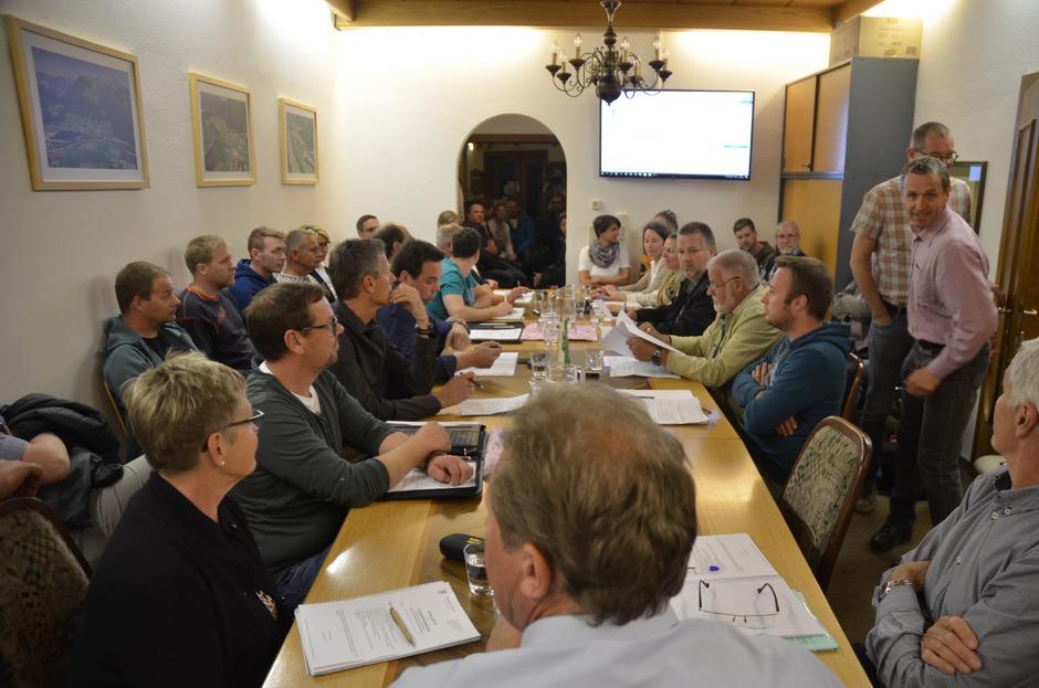 Bis ins Foyer drängten sich die Zuhörer bei der Wiesinger Gemeinderatssitzung am Donnerstag.