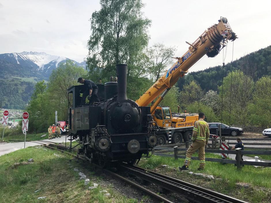 Die FF Jenbach half mit, die Lok von Fischl zurück ins Tal nach Jenbach zu bringen. Dafür waren sie sieben Stunden lang im Einsatz.