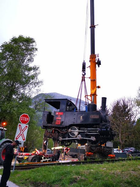 Mit einem Kran wurde die Lok der Achenseebahn verladen.