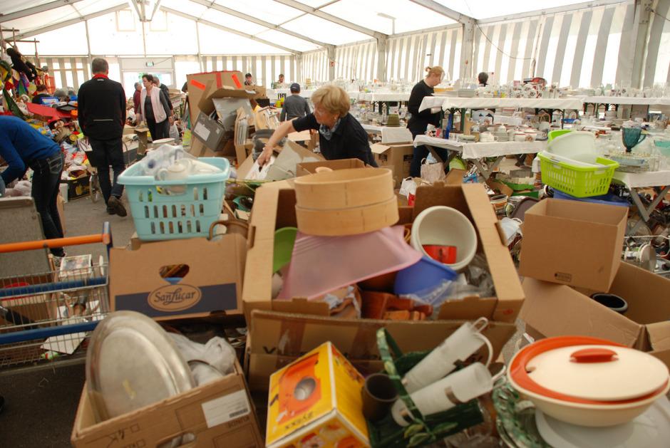 An die 100 Mitglieder und Freunde sind seit Tagen im Einsatz, um die Waren zu sichten, zu sortieren und die Verkaufsstände einzurichten.