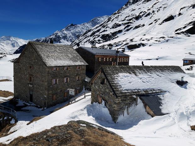 Die Essener Rostocker Hütte (2208 m) ist bereits geschlossen und somit nächtigen wir im sehr gut ausgestatteten Winterraum.
