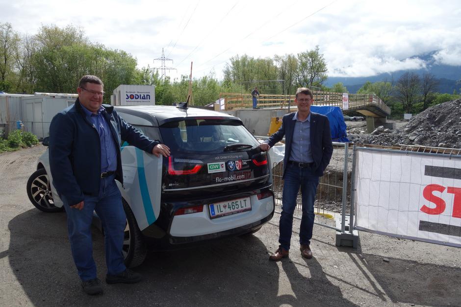 Die Rundfahrt mit Medienvertretern bestritten Mobilitätsausschuss-Obmann Georg Kapferer (l.) und BM Thomas Öfner im E-Auto.