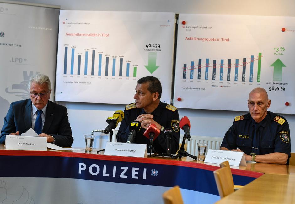 Leiter des Landeskriminalamtes Walter Pupp, Landespolizeidirektor Helmut Tomac und Stadtpolizeikommandant Martin Kirchler stellten am Freitag die Tiroler Kriminalstatistik 2018 vor.. (v.li.)