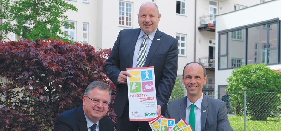 Adolf Schinnerl (Leiter Rettungsdienst Tirol), Walter Schieferer und Franz Mair (Tiroler Versicherung, v.l.) präsentierten gestern die Broschüre.