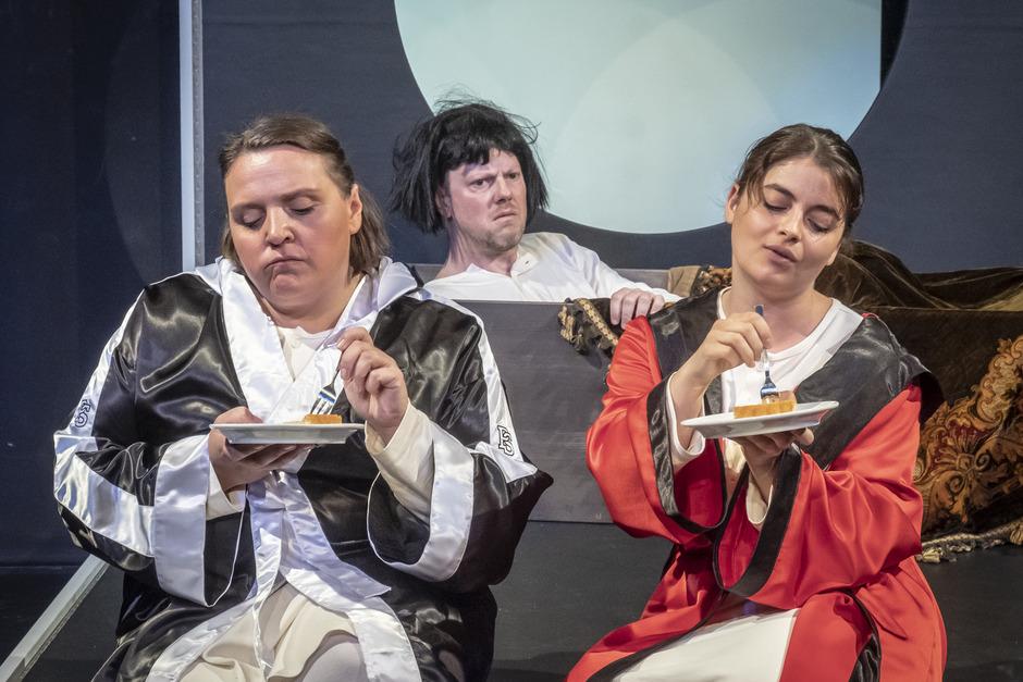 Sollen sie doch Kuchen essen. Max (Johannes Gabl), flankiert von den Ehefrauen Anne (Petra Alexandra Pippan, l.) und Maria (Ronja Forcher).