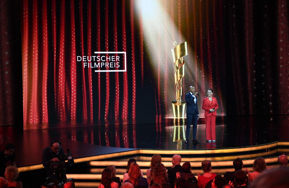 """Die Schauspieler Tedros Teclebrhan (l) und Desiree Nosbusch moderieren bei der Verleihung des 69. Deutschen Filmpreises """"Lola"""""""