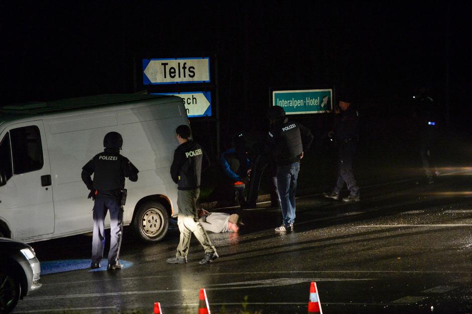 Ein Bekannter des Mannes hatte ihn in Telfs abgeholt. Die Polizei stoppte das Fahrzeug auf der Bucher Höhe.