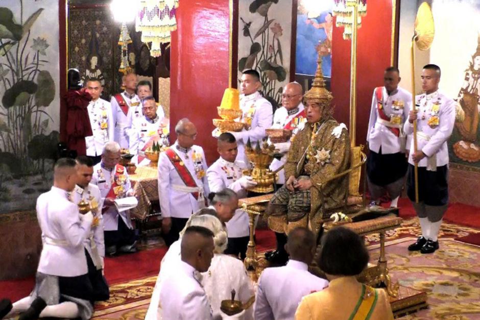 In einer traditionellen Zeremonie hat sich der König die Krone aufgesetzt.