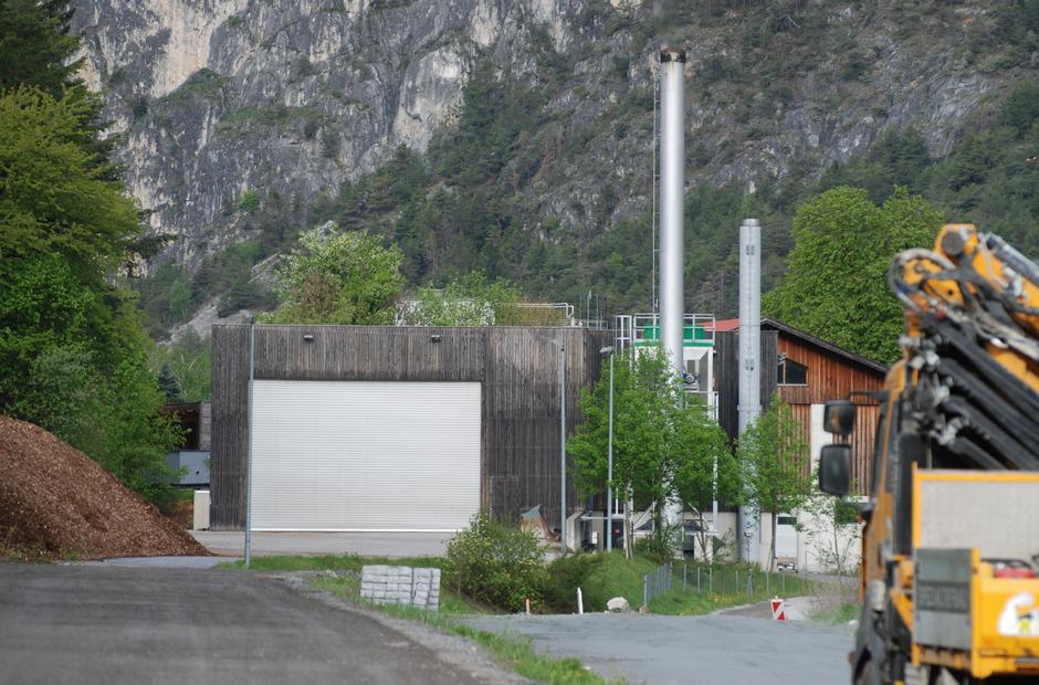 Schauplatz der Unstimmigkeiten ist dieses Gelände in Zams-Ost mit mehreren Betriebsgebäuden. Die Gemeinde will die Straße und den Radweg ausbauen und benötigt Fläche von der Ortswärme (linke Bildhälfte).