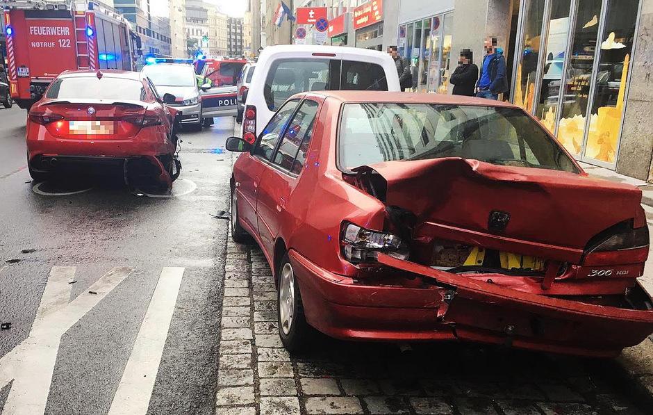 Bei einem Verkehrsunfall in Wien-Wieden sind am Freitagabend drei Fußgänger verletzt worden.