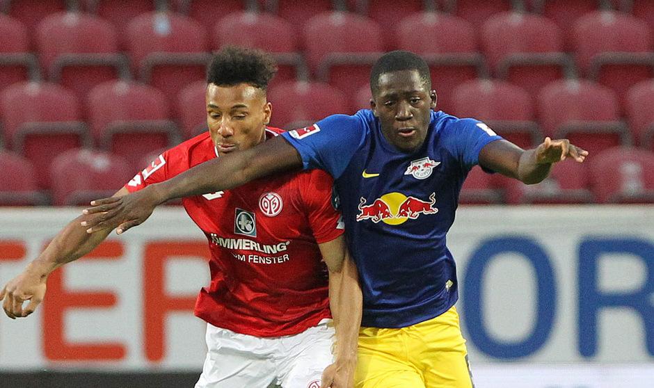Mainz-Stürmer Karim Onisiwo (l.) musste mit Verdacht auf Gehirnerschütterung ausgewechselt werden.