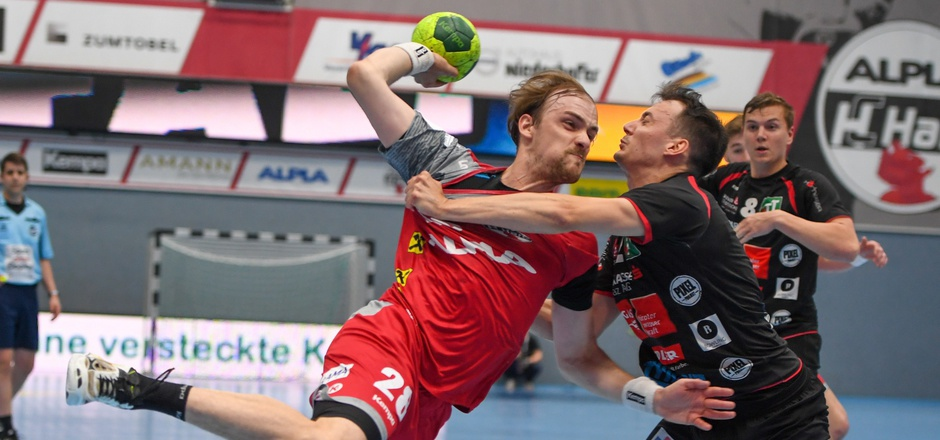 Die Schwazer Handballer mit Kapitän Alex Wanitschek (r.) scheiterten im Viertelfinale gegen Hard (Zeiner, rot).