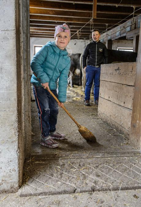 Theresa und Manuel helfen ihrem Onkel auch im Stall.