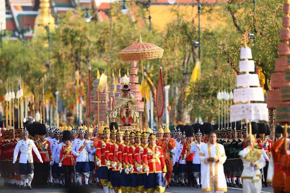 König Maha Vajiralongkorn wird am Sonntag durch Bangkok getragen.