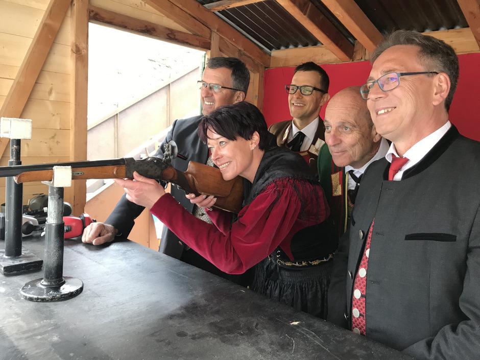 Landtagspräsidentin Sonja Ledl-Rossmann (r.) griff selbst zur Waffe.