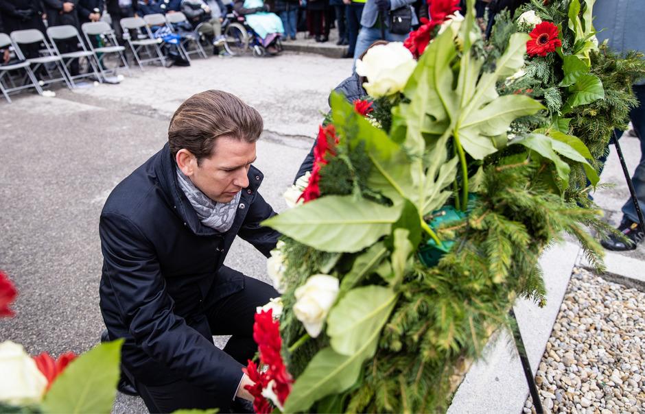 Bundeskanzler Sebastian Kurz bei einer Kranzniederlegung  im Rahmen der Befreiungsfeier des KZ-Mauthausen am Sonntag.