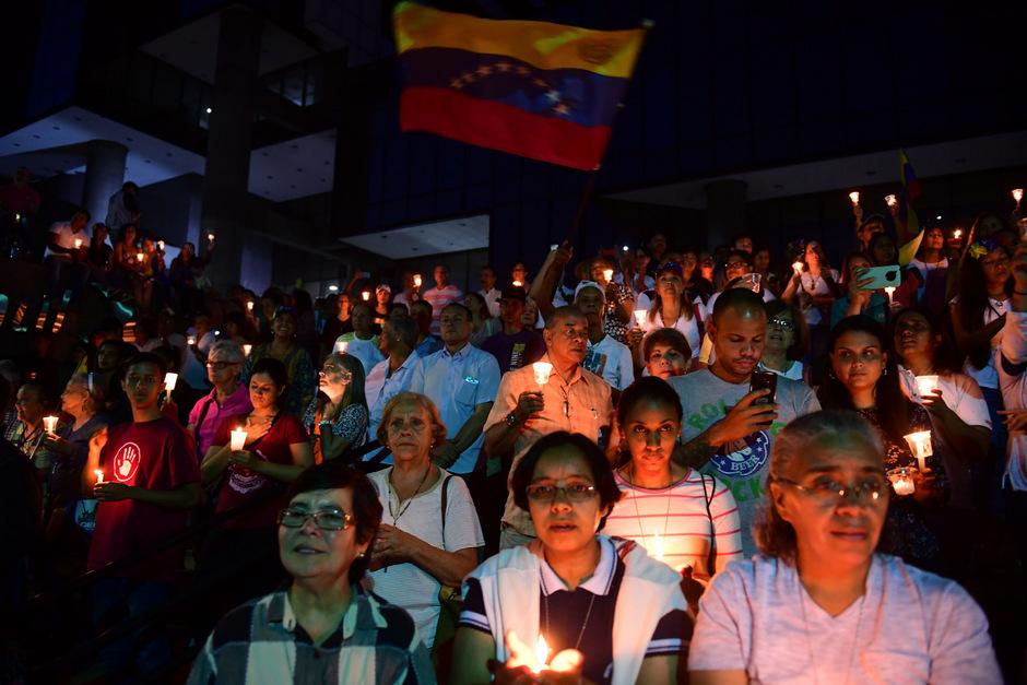 Nach Ankündigung der Versammlung, den Oppositions-Abgeordneten die Immunität entziehen zu wollen, kam es zu friedlichen Spontan-Protesten von Anhängern der Opposition in Caracas.