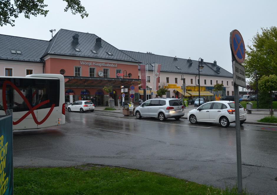 """Autos auf der Bushaltestelle, geparkte Pkw auf der """"Kiss-and-Ride-Spur"""". am Montagvormittag war die Situation vor dem Hauptbahnhof trotzdem entspannt, ansonsten stehen Busse und Pkw auch in zweiter Spur."""