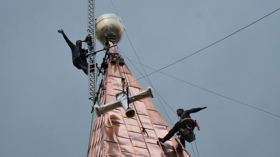 In luftigen 47 Metern Höhe mussten die Facharbeiter das 85 kg schwere Kreuz und die Kugel anbringen.