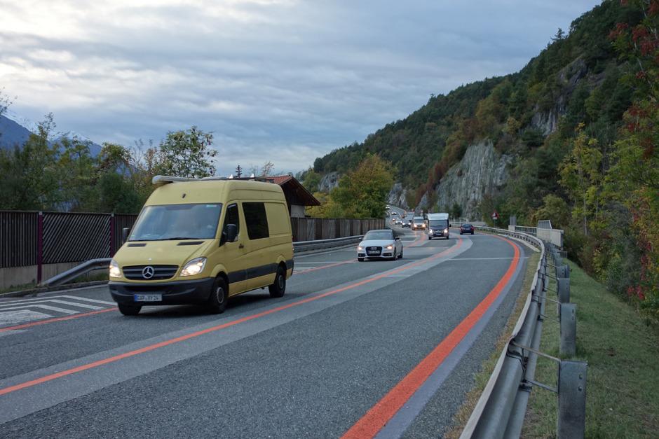 Derzeit wird der Straßenbelag an der lärmgeplagten Zirler Nordumfahrung erneuert.