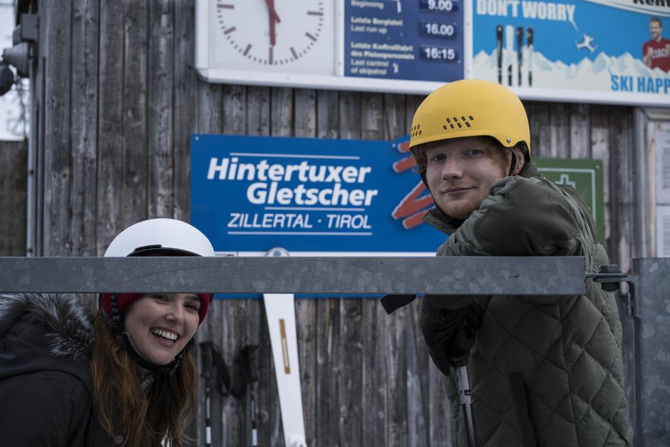 Bodenständig, sympathisch und ohne Starallüren: die beiden Weltstars Ed Sheeran und Zoey Deutch beim Dreh in Hintertux.F