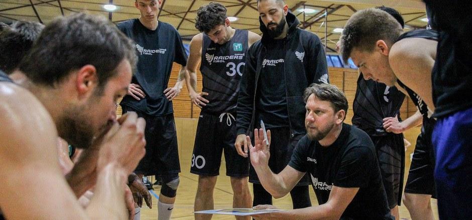 Swarco-Raiders-Coach Amir Medinov (r.) will bei den künftig entscheidenden Partien die richtigen Worte finden.