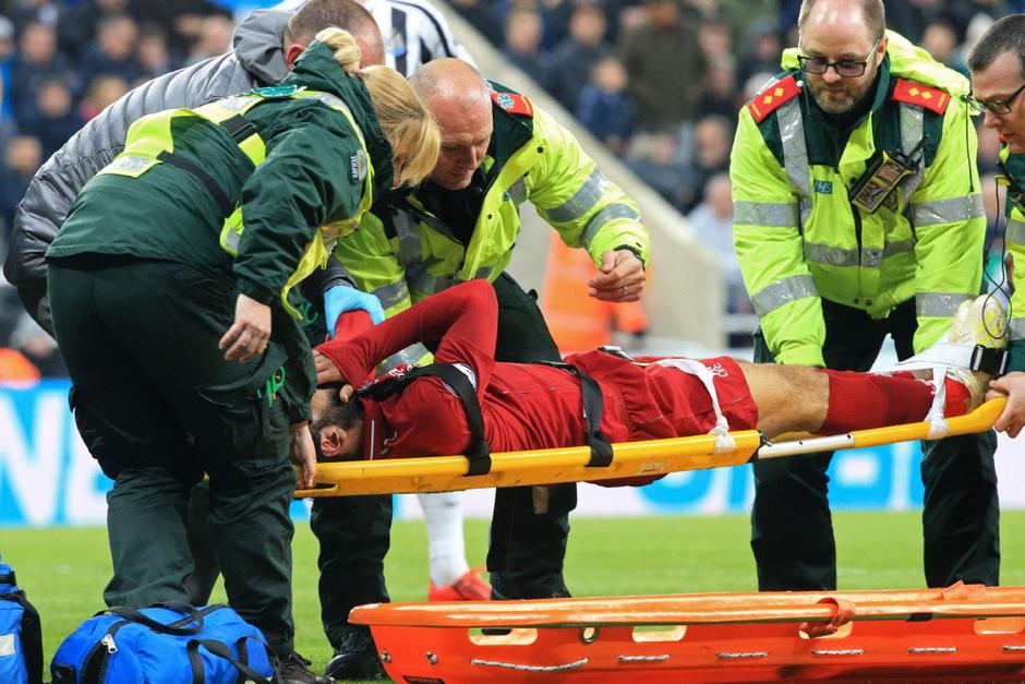 Liverpool-Stürmer Salah musste mit einer Gehirnerschütterung vom Platz getragen werden.