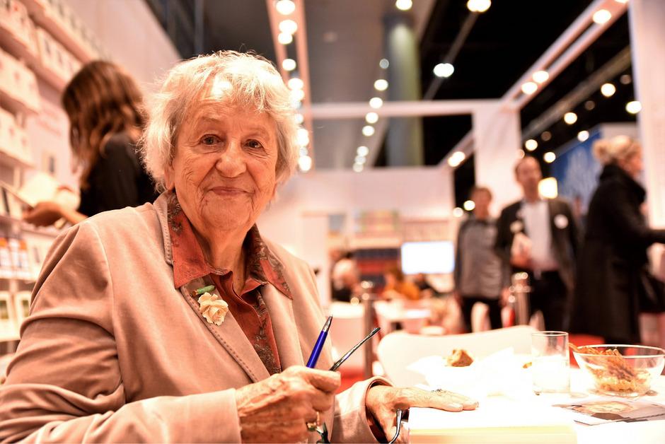Wenn Schriftstellerin Ingrid Noll auf der Buchmesse Bücher signiert, dann sind in den Warteschlangen fast ausschließlich Frauen zu sehen.
