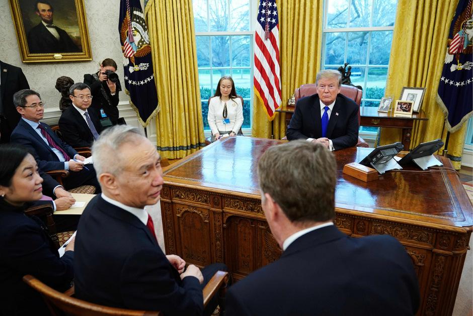 US-Präsident Donald Trump und Chinas Vizepremierminister Liu He (li.) bei Gesprächen im Weißen Haus im Februar 2019.