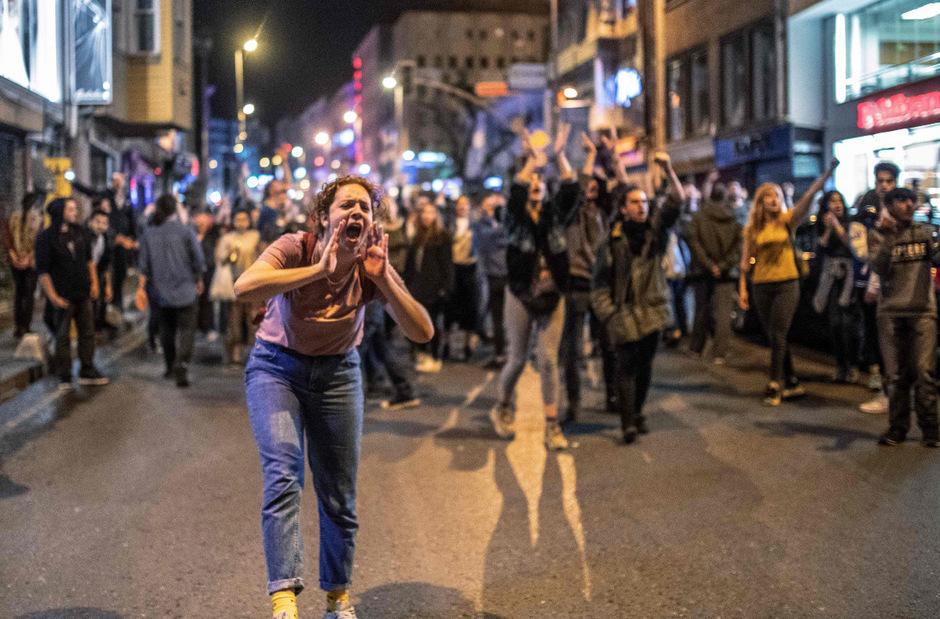 In Istanbul gingen Unterstützer der Opposition auf die Straße. Die EU fordert die Wahlbehörde auf, Gründe für die Aufhebung der Wahl zu nennen.