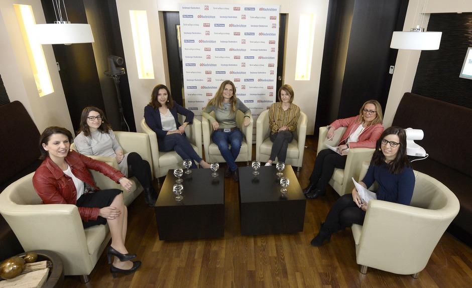 Die Runde der EU-Kandidatinnen: Karoline Edtstadler (ÖVP), Julia Herr (SPÖ), Petra Steger (FPÖ), Sarah Wiener (Grüne), Claudia Gamon (NEOS) sowie die Fragestellerinnen Karin Leitner (TT) und Birgit Entner (VN).