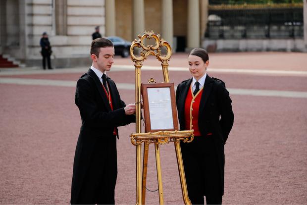 Traditionell: Vor dem Buckingham-Palast steht die offizielle Verlautbarung.